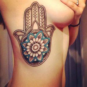 Hamsa tattoo costado